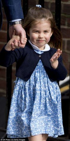The youngster waved cheerfully to the crowds as they made their way to the hospital Princesa Charlotte, Princesa Kate, William Y Kate, Prince William And Catherine, Prince George Alexander Louis, Royal Princess, Prince And Princess, Príncipe Georges, Princes Diana
