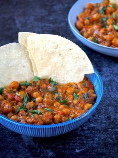 Instant Pot Kikkererwten curry. Dit heerlijke Indiase recept is vegan. Wie denkt dat je enkel en alleen vlees kan bereiden in de instant pot of snelkookpan zit er naast! Super Healthy Recipes, Clean Recipes, Veggie Recipes, Indian Food Recipes, A Food, Good Food, Food And Drink, Instant Pot, Chana Masala