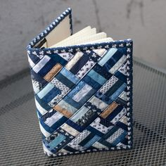 Buchjacke 6 - Diy and Crafts - Diy und Bastelt Ideen 2019 - Bucher Small Sewing Projects, Sewing Hacks, Paper Piecing Patterns, Quilt Patterns, Fabric Book Covers, Leather Book Covers, Denim Crafts, Fabric Journals, Book Quilt