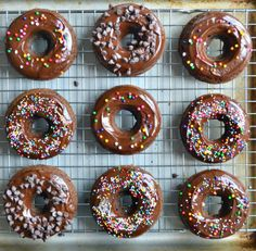 best chocolate donuts ever Baked Donut Recipes, Baked Doughnuts, Just Donuts, Chocolate Cake Donuts, Delicious Desserts, Dessert Recipes, Salty Foods, Homemade Donuts, Sweet Recipes