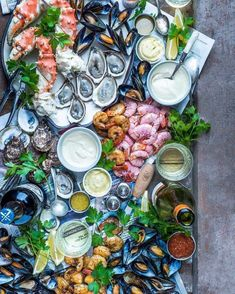 Grazing Tables: 18 Ideas and How to Make Your Own Antipasto, Tapas, Seafood Platter, Fish Platter, Brunch, Good Food, Yummy Food, Grazing Tables, Snacks Für Party