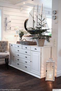 hall,köpmandisk,gran,new england New England Cottage, New England Style, New England Homes, Swedish Interior Design, Swedish Interiors, Classic Furniture, White Furniture, Ikea, Beach House
