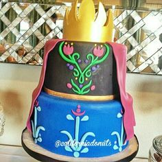 Frozen birthday cake inspired by Annas dress. Ana Frozen, Bolo Frozen, Anna Frozen Cake, Anna Cake, Disney Frozen Cake, Disney Cakes, Frozen Birthday Party, Frozen Party Table, Frozen Theme Party