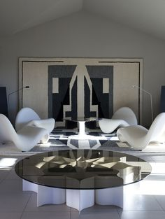 Interior with limited edition furniture by Pierre Paulin in collaboration with Louis Vuitton, including iconic Tongue-chair and Élysée light table in acrylic and glass. The large pile rug with geometric pattern also by Paulin. Black And White Interior, White Interior Design, Interior And Exterior, Interior Decorating, Exterior Design, Furniture Inspiration, Interior Inspiration, Sofa Furniture, Furniture Design