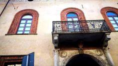 Siamo davanti a Casa Fontana Silvestri, in uno dei punti più trafficati, una delle vie più centrali, corso Venezia. E' uno dei palazzi più belli