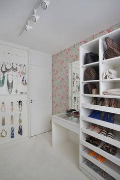 Apartamento pequeno: Closets Moderno por Carolina Mendonça Projetos de Arquitetura e Interiores LTDA