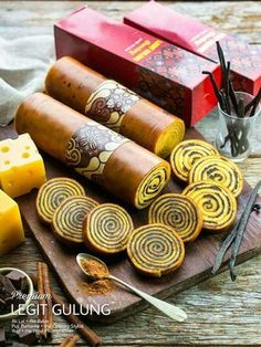 Lapis Legit Gulung by Chefisme Indonesian Desserts, Asian Desserts, Indonesian Food, Pastry Recipes, Cooking Recipes, Fruit Ice Pops, Chinese New Year Cake, Lapis Legit, Asian Cake