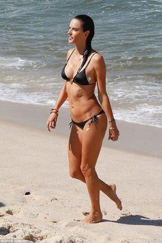 Bộ sưu tập bikini nhỏ xíu cực đẹp của thiên thần nội y Brazil