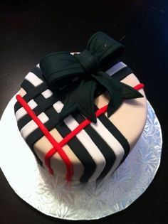 Burberry cake: skip the bow, add a black grad cap & some red flowers, pearls around the base = perfect! Fancy Cakes, Mini Cakes, Cupcake Cakes, Shoe Cakes, Amazing Cakes, Beautiful Cakes, Bolo Original, Decoration Patisserie, Just Cakes