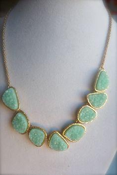 Was für eine wunderschöne Erklärung Halskette! Es steht ganz allein als Ihr Outfit komplett Gesprächsstoff!    Leichte Aqua Seafoam grün / Mint