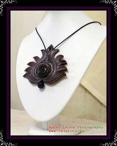 Simkó Fanni talpalatnyi bőrvilága Leather Art, Leather Tooling, Leather Jewelry, Modern Jewelry, Jewelry Art, Jewellery, Black Flowers, Leather Projects, Hungary
