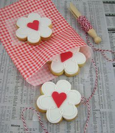 Valentine's day is just a day in a year, when we show love to each other in many ways. One of them is by baking the best valentine's cookies ever. So why don't you try something new, and make some of these lovely home made valentine's cookies? Flower Cookies, Heart Cookies, Iced Cookies, Cute Cookies, Cookies Et Biscuits, Cupcake Cookies, Cupcakes, Sugar Cookies, Crazy Cookies