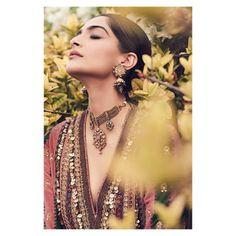 Like It 👍 or Love It 😘 Sonam Kapoor looks Super gorgeous Bollywood Cinema, Bollywood Photos, Bollywood Stars, Bollywood Fashion, Hindi Actress, Tamil Actress Photos, Indian Film Actress, Bollywood Actress, Bollywood Celebrities