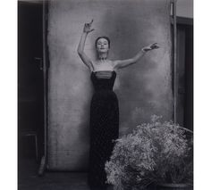 Cecil Beaton, 1951. Robe Turquie, collection Haute Couture automne-hiver 1951, ligne Longue. http://www.vogue.fr/culture/a-lire/diaporama/livre-dior-une-legende-en-photos/18582/image/997356#!dior-livre-images-en-legendes-norman-parkinson