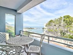 Clifton Studio - Burrowed along the coast of Clifton, this studio apartment goes above comfort and aims to provide guests with a luxurious and sophisticated stay alongside the ocean. This large, studio apartment has a .