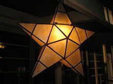 A Filipino Christmas lantern called parol made from melded capiz shells, kapis, or windowpane oyster - Wikipedia, the free encyclopedia Star Lanterns, Christmas Lanterns, Christmas Mood, Christmas Star, Xmas, Parol Diy, Christmas In The Philippines, Filipino Art, Shell Lamp