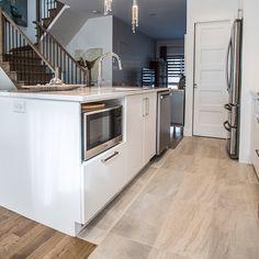 Cuisines Beauregard   L'évier et les électroménagers, tels que micro-inde et lave-vaisselle, sont intégrés à même l'îlot. Kitchen Reno, Kitchen Remodel, Kitchen Cabinets, Kitchenette, Home Remodeling, Room Decor, Flooring, Railings, House