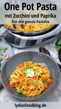 A pot, a dish and, I think, a poem! What could be better than a quick and tasty one pot pasta with peppers and zucchini? This vegetarian or vegan pasta (if you don't use creme fraiche) is perfect Healthy Pasta Recipes, Healthy Pastas, Crockpot Recipes, Vegetarian Recipes, Lasagna Recipe With Ricotta, Plats Healthy, Easy One Pot Meals, One Pot Pasta, Naan
