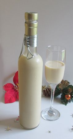Ponche de Crema- El ponche de crema Navideño es una bebida que se toma en varios países en las fiestas decembrinas. Aquí te dejo la receta, espero que la disfrutes. Toma con precaución, es adictivo. #ponchecrema #ponche #navidad #christmas  #eggnog Cocktail Drinks, Fun Drinks, Cocktails, Wine Recipes, Mexican Food Recipes, Ponche Navideno, Milkshake Drink, Mexican Drinks, Xmas Food