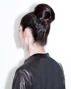 The is the exception to the ban on ballerina buns for the women who want to look polished. A blazer and some showstopping earrings are often nearby. Ballerina Bun, Terry Richardson, Style Hairstyle, Hair Inspo, Buns, That Look, Editorial, Dreadlocks, Blazer