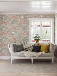 〚 Lovely country: beautiful cottage in Sweden 〛 ◾ Photos ◾Ideas◾ Design Living Room Inspiration, Interior Inspiration, Vintage Style Wallpaper, Scandinavian Cottage, Relaxation Room, Kitchen Wallpaper, Interior Decorating, Interior Design, House Inside