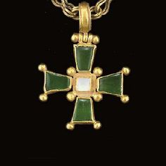 A BYZANTINE GOLD AND EMERALD PENDANT CROSS AND CHAIN
