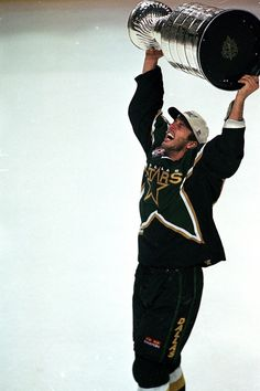 Dallas Stars & US Hockey legend Mike Modano with The Stanley Cup in June of Hot Hockey Players, Nhl Players, Hockey News, Hockey Stuff, Fc Dallas, Dallas Sports, Mike Modano, Hockey Boards, Hockey Pictures