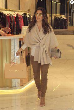 Eva Longoria fait du shopping à Madrid le 2 avril 2016.