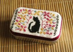 Cross stitch lid of an Altoids tin . Love this little cat. Anybody wanna cross stitch that for me? Cross Stitch Finishing, Cross Stitch Love, Cross Stitch Animals, Cross Stitching, Cross Stitch Embroidery, Cross Stitch Patterns, Altered Tins, Altered Art, Old Sewing Machines