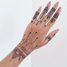 Henna Tattoo Designs: Beautify Your Skin With The Real Art Zovqunuze uygun xina naxishlari cekilirelaqe . Henna Tattoo Hand, Henna Tattoo Muster, Henna Art, Mandala Tattoo, Tattoo Arm, Henna Mehndi, Henna On Hand, Small Tattoos, Cute Henna Tattoos