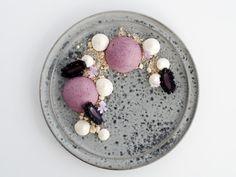 Dessert skal være lige så smuk at se på, som den smager godt. Denne dessert bestående af skøn brombærmousse og cheesecake er både frisk, sød og sprød.
