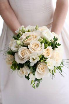 bruidsboeket: wit-zalmkleurig-trouwboeket Wedding Flower Guide, Flower Bouquet Wedding, Rose Wedding, Elegant Wedding, Dream Wedding, Bridal Brooch Bouquet, Blush Bouquet, Bride Bouquets, Bridesmaid Bouquet