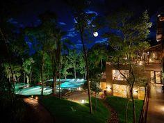 Ubicado en la frondosa selva, el Loi Suites Iguazú Hotel promete una estancia en donde la excelencia en los servicios convive en armonía perfecta con el medio ambiente de Puerto Iguazú, creando así una experiencia sublime. El sitio perfecto para entrar en contacto con las bondades naturales en medio de todo el lujo y el comfort que ofrecen las estupendas instalaciones de esta fabulosa propiedad.