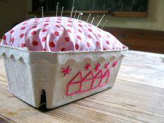 XXL-Nadelkissen im Erdbeerkörbchen / X-large pin cushion in strawberry basket / Upcycling