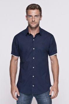 Camisa azul marinho com detalhes brancos