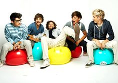 Definetly one of my favorite pictures of them all together. I love it when they don't pose. Those are always the best <3 Zayn Malik, Liam Payne, Harry Styles, Louis Tomlinson, and Niall Horan :3 One Direction
