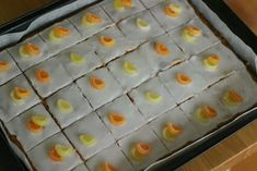 Marias Salt og Søtt: Sitronkake i langpanne(Lemon traybake) Lemon Traybake, Baking Tins, Ice Cube Trays, Tray Bakes, Sushi, Oven, Food And Drink, Pudding, Cake