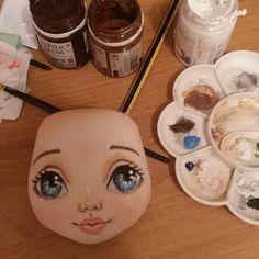 """""""Доброй ночи...пора бы и порисовать уже ....#torrytoys #процессторри #ночьюделатьнечего"""" Doll Face Paint, Doll Painting, Doll Crafts, Diy Doll, Fabric Toys, Doll Eyes, Sewing Dolls, Doll Tutorial, Doll Maker"""