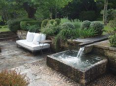 "Gräsmatta ligger högre. En partiell del ""sunken garden"". Vattenränna. The home garden of blogger and author Vicki Archer in Saint Remy du Provence, France."