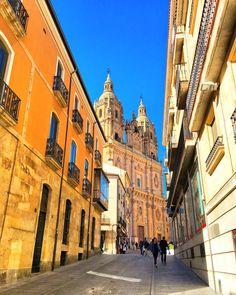 Strolling through #Salamanca in #Spain, living a #Travelife. The Spanish lifestyle is so enjoyable. www.travelifemagazine.com // Мне #нравится #архитектура в #историческом городе #Вальядолид в #Испании. Я #гуляю везде, глядя на здания. #trip #travel #traveler #traveling #travelingram #travelingtheworld #bella #ciudad #viaje #viajeros #beautifuldestinations #photography #travelphotography