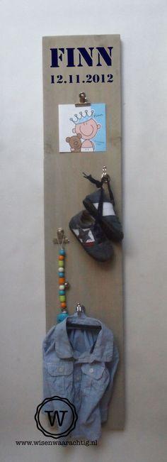 Stoer #wandbord van steigerhout, leuk om speciale items te bewaren en te showen. Girl Shower, Baby Shower, Baby Art, Ursula, Kidsroom, Baby Gifts, Presents, Diy Projects, Woodworking