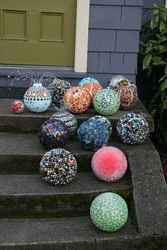 Re-claimed glass on used bowling balls. I can use my fused glass pieces to mosaic my bowling balls for spring! Garden Crafts, Garden Projects, Craft Projects, Mosaic Garden, Mosaic Art, Bowling Ball Art, Bowling Ball Garden, Bowling Ball Crafts, Garden Globes