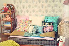 banquette grise et coussins pour habiller une chambre enfant
