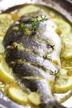 Deliziosa orata aromatizzata con profumate fette di limone. Ottima per una cena, anche se aveste ospiti farete un figurone!