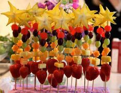 Fresh fruit wands ~ Great snack idea for toddlers ~ Great ideas big kids @ Weelicious Recipes Healthy Party Snacks, Eat Healthy, Healthy Kids, Fruit Kabobs, Shish Kabobs, Fruit Salads, Fruit Recipes, Snack Recipes, Kid Recipes