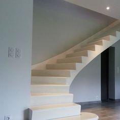 Escalier béton minéral blanc - 1/4 tournant bas - en voûte sarrasine - profil de marche M1 - plinthe en staff rampante et marche de dépard arrondie
