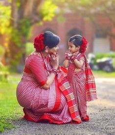 Mother & daughter matching outfits are literally trending everywhere now. How adorable do they look especially in a coordinated outfit! Mom Daughter Matching Dresses, Mom And Baby Dresses, Cute Kids Photography, Baby Girl Photography, Churidar, Anarkali, Lehenga, Sarees, Baby Fancy Dress