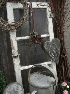 einen alten Suppenschöpfer hab ich mit Hauswurz bepflanzt..... das Herz  aus einem alten Stadelbrett ausgesägt und mit Hilfe einer alten Walze bemalt.
