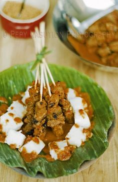 Sate Padang Pariaman is a reddish curried beef or oxtongue saté. One variant of Sate Padang (Padang Satay) in West Sumatra, Indonesia. Sate Padang, Indonesian Cuisine, Indonesian Recipes, Singapore Food, Asian Recipes, Ethnic Recipes, Malaysian Food, Bali, My Favorite Food