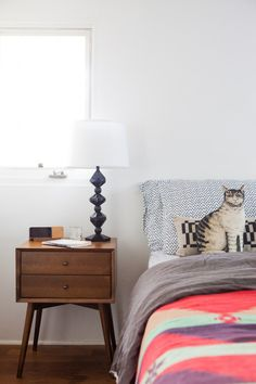Melina of @decoholic has the perfect source of eclectic design inspiration with her colorful house tour! This minimalist bedroom decor for instance, pairs unique patterns and textiles with simple furniture for stunning style impact.